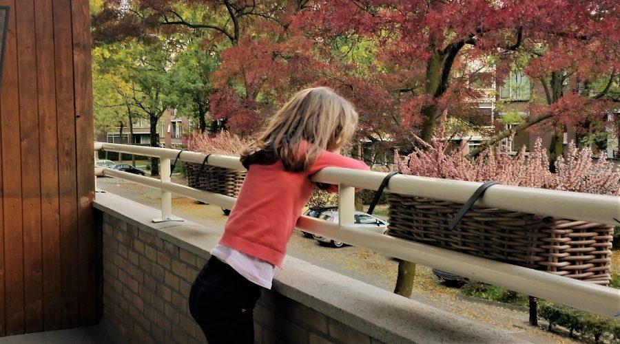 dochter kijkt naar herfstboom